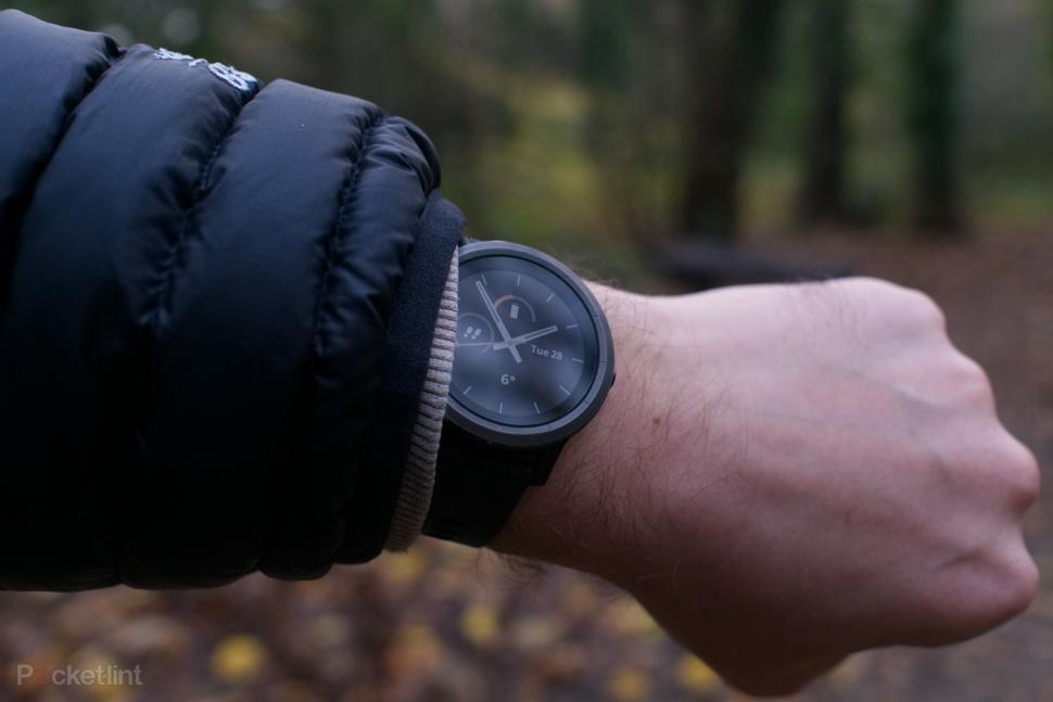 wearing-garmin-vivoactive-3-during-a-hike